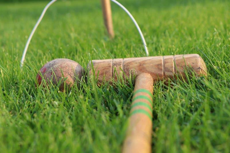 Ensemble classique de tronçons de cricket de cru et cautions et buts Vieux bâton en bois et dévaster la boule rouge Jeu pour tous images stock