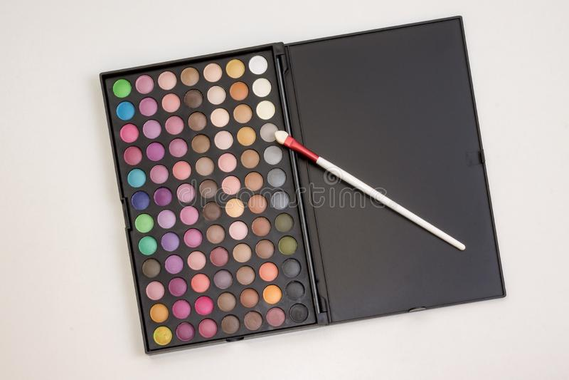 Ensemble coloré de maquillage de fards à paupières dans la boîte photos stock