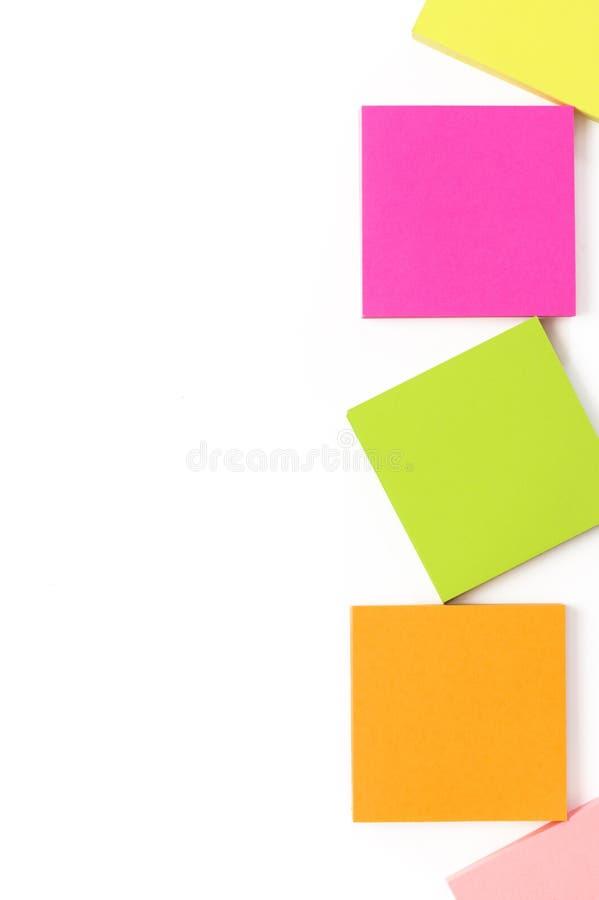 Ensemble coloré de papeterie sur le blanc images stock