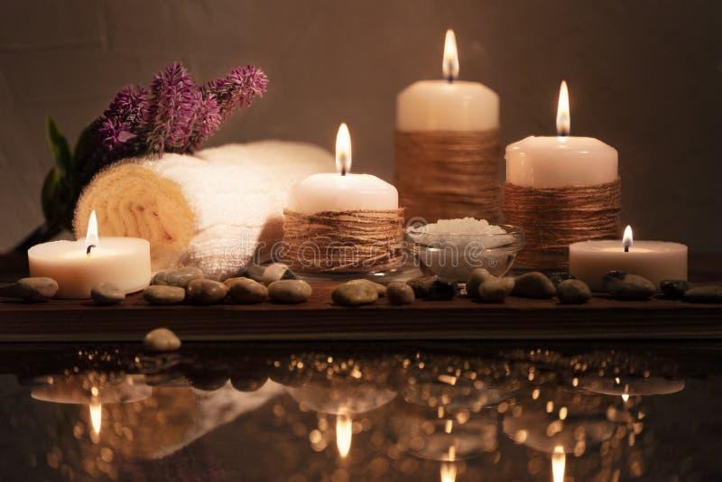 Ensemble décoratif de station thermale avec les cailloux de mer, le sel, les bougies aromatiques, la serviette et la fleur Compos image libre de droits