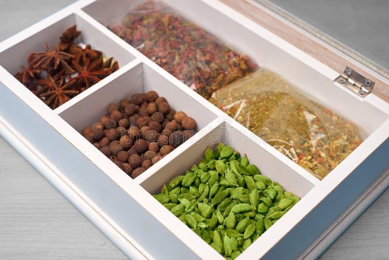 Ensemble d'épices dans une boîte en bois image stock