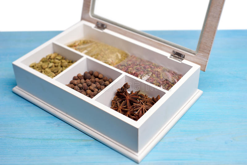 Ensemble d'épices dans une boîte en bois image libre de droits