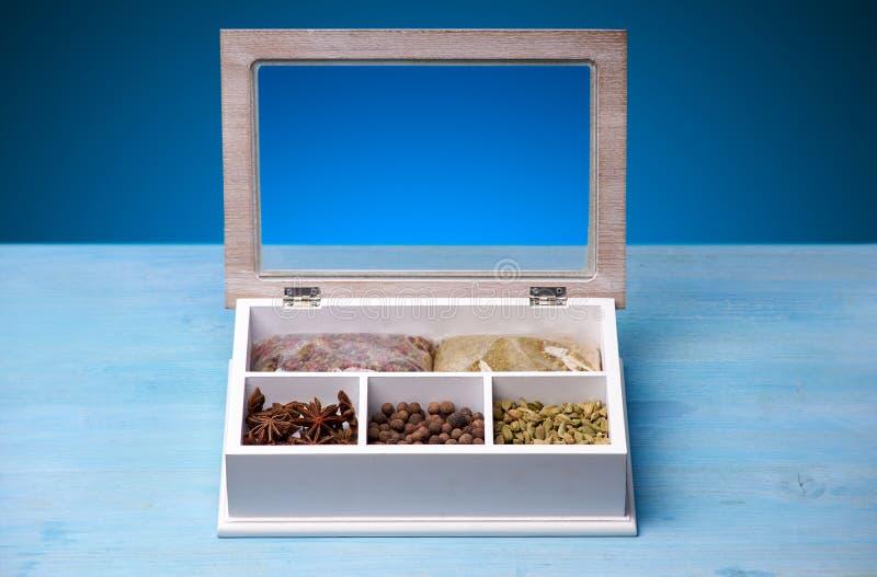 Ensemble d'épices dans une boîte en bois images stock