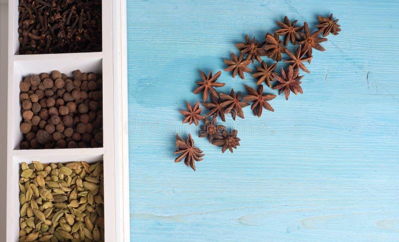Ensemble d'épices dans une boîte en bois photos stock