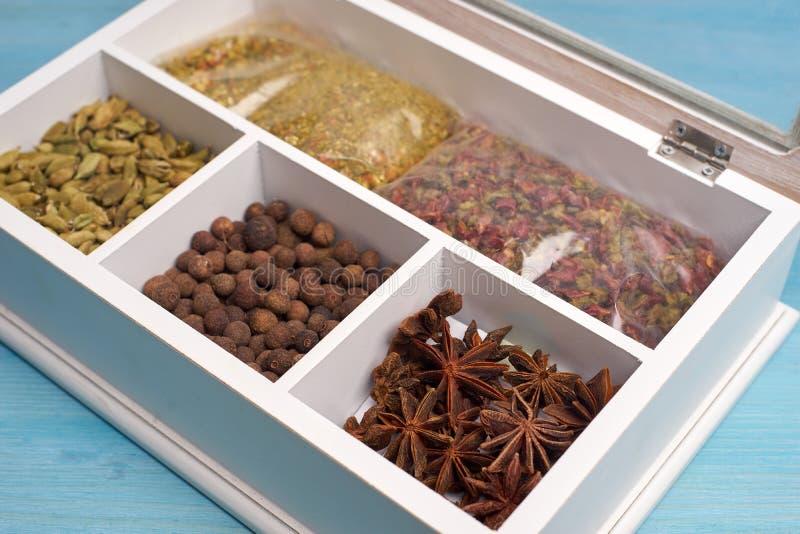 Ensemble d'épices dans une boîte en bois photos libres de droits