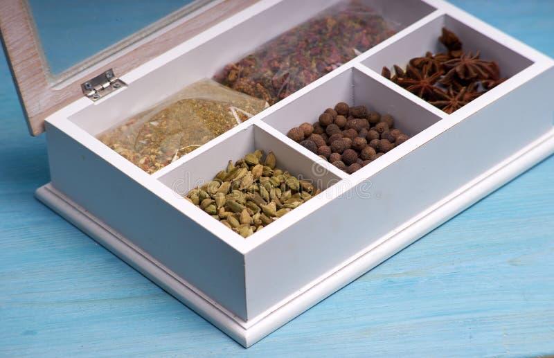 Ensemble d'épices dans une boîte en bois photo stock
