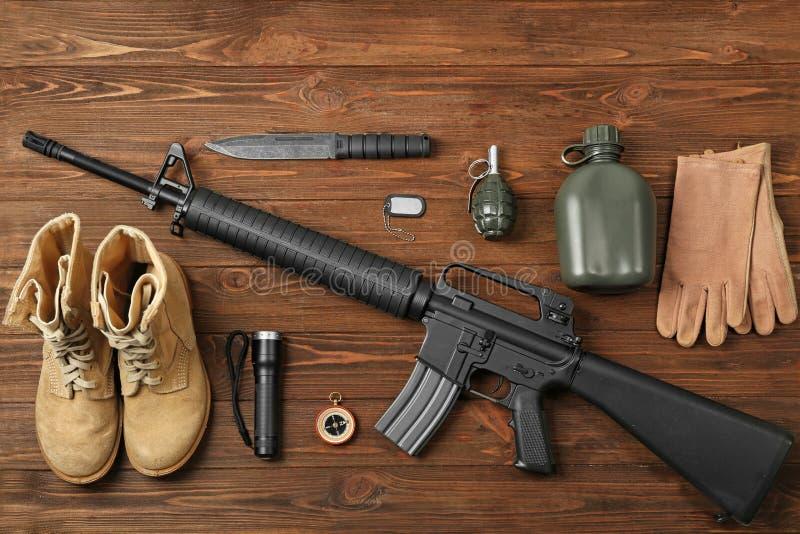 Ensemble d'équipement militaire sur le fond en bois photographie stock libre de droits