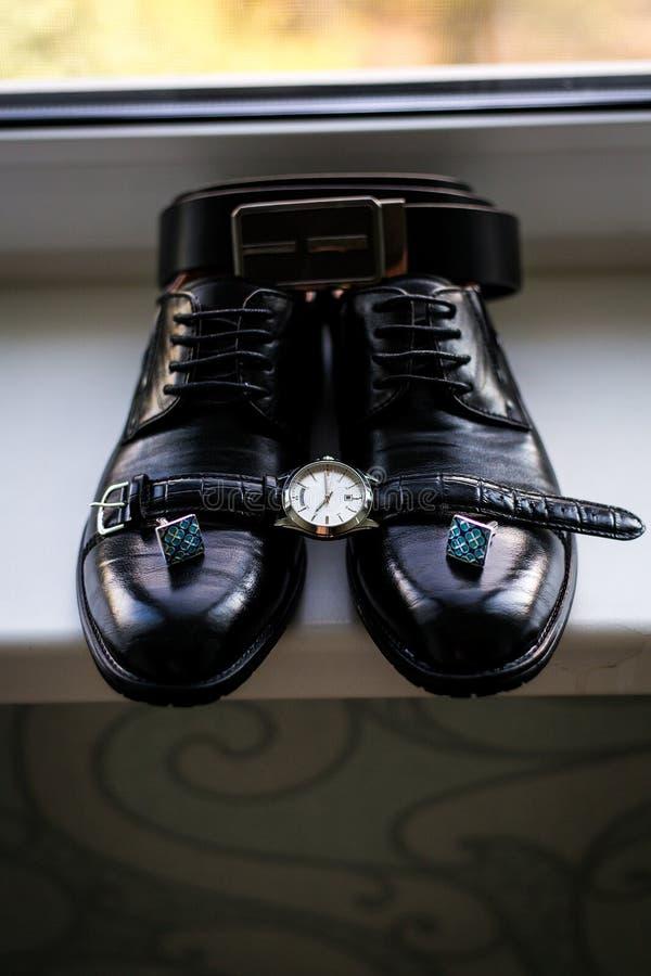 Ensemble d'accessoires de mari? le jour du mariage Groupes de mariage Chaussures en cuir du ` s d'hommes avec la ceinture et le n image stock