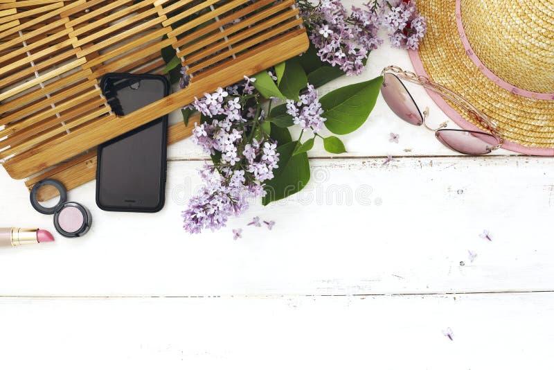 Ensemble d'accessoires du ` s de femmes d'été : sac en bambou, lunettes de soleil roses, photo libre de droits