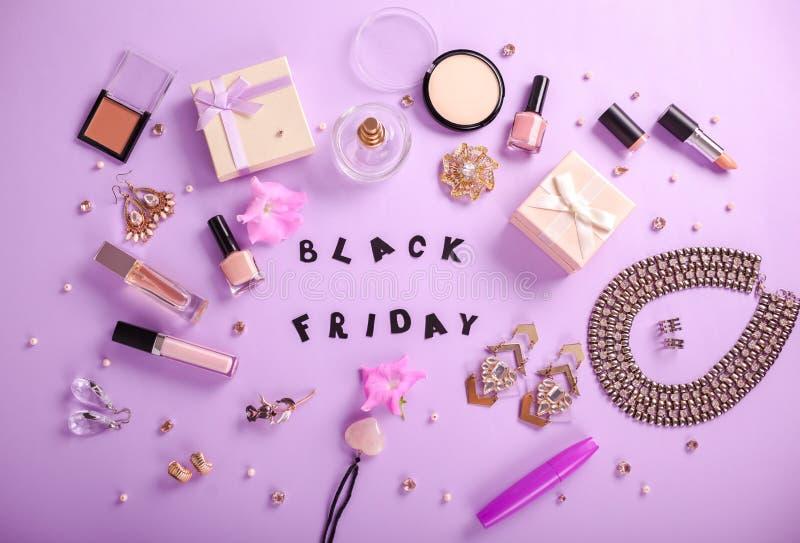 Ensemble d'accessoires et de cosmétiques disponibles pour la vente sur Black Friday photos libres de droits