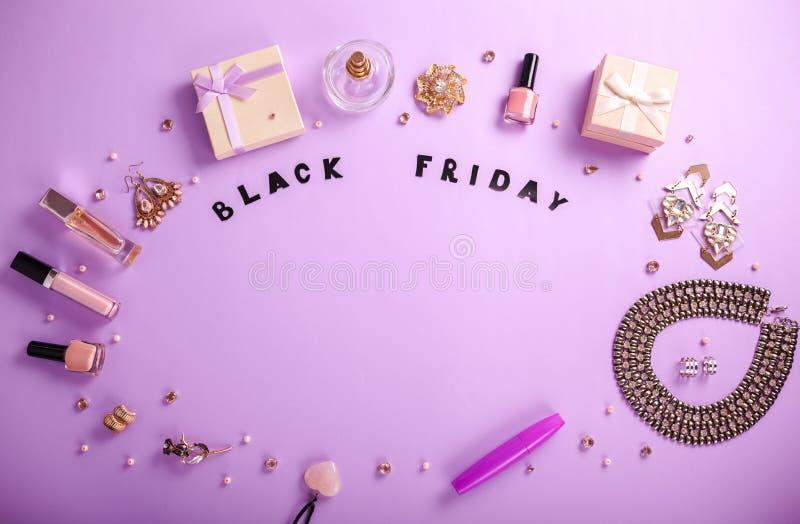 Ensemble d'accessoires et de cosmétiques disponibles pour la vente sur Black Friday photographie stock