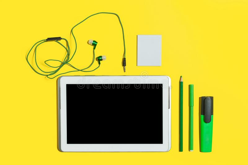 Ensemble d'accessoires et d'instruments de bureau photos stock