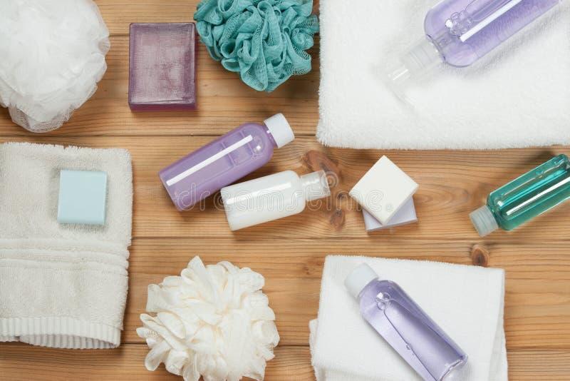 Ensemble d'article de toilette Barre et liquide de savon Shampooing, gel de douche, corps mil photographie stock libre de droits