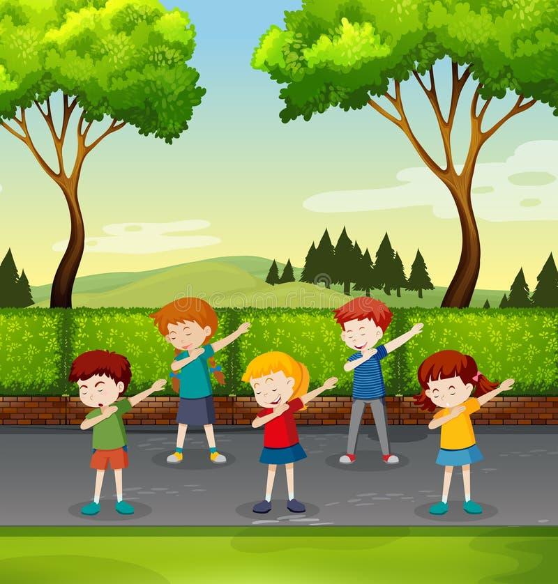Ensemble d'enfants tamponnant en parc illustration libre de droits