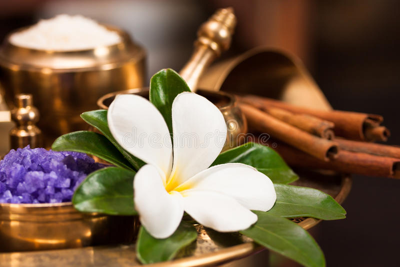 Ensemble d'herbe thaïlandaise de station thermale avec la fleur de plumeria dans le récipient d'or, image libre de droits