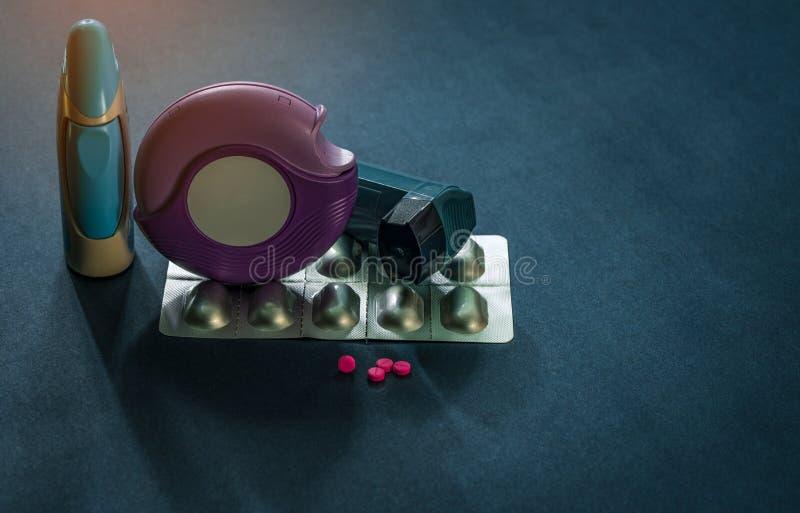 Ensemble d'inhalateur d'asthme, d'accuhaler et de pilules d'anti-allergie pour l'asthme de traitement Contrôleur d'asthme, équipe image stock