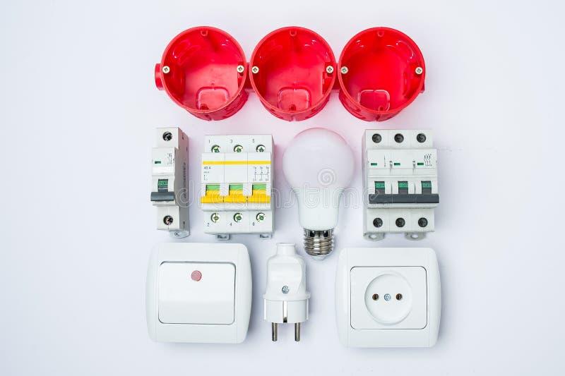 Ensemble d'outil électrique sur le fond en bois Accessoires pour l'anglais photographie stock