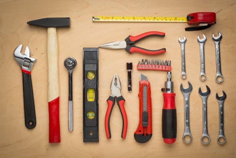 Download Ensemble D'outils De Bricolage Sur Un Panneau En Bois Image stock - Image du modifié, industrie: 45371295
