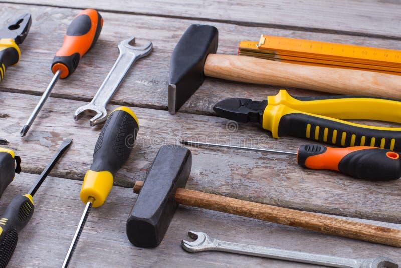 Ensemble d'outils de construction sur le fond en bois photos libres de droits