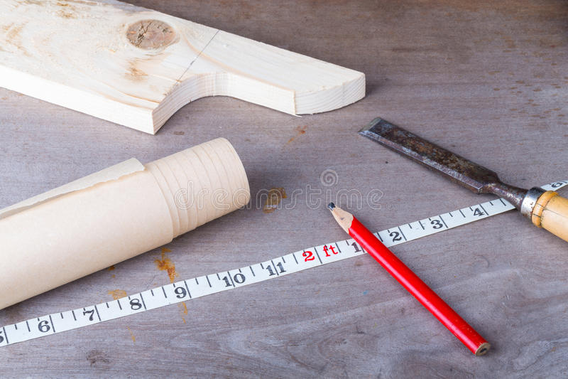 Ensemble d'outils du ` s de menuisier sur la vieille table en bois image libre de droits
