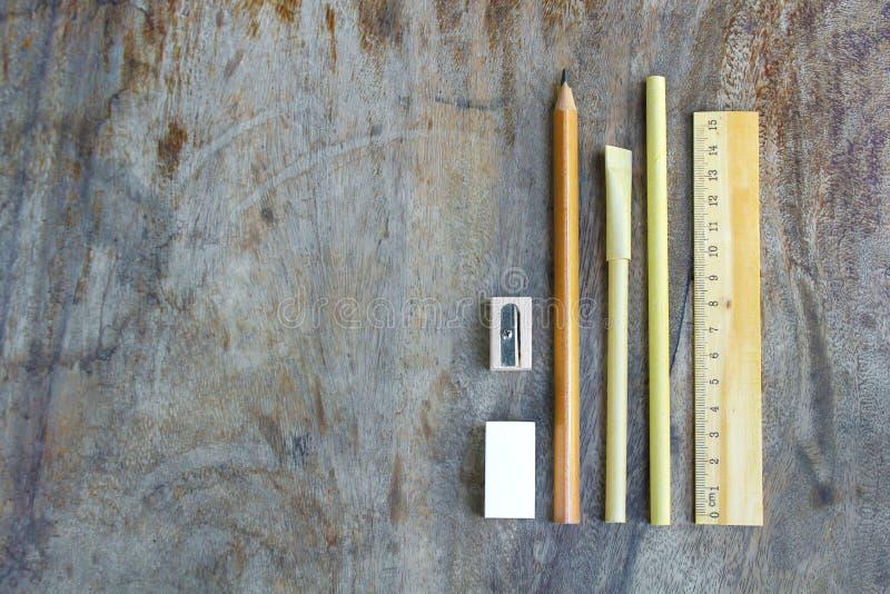 Ensemble d'outils en bois d'écriture, crayon, stylo, règle, gomme, affûteuse photographie stock libre de droits