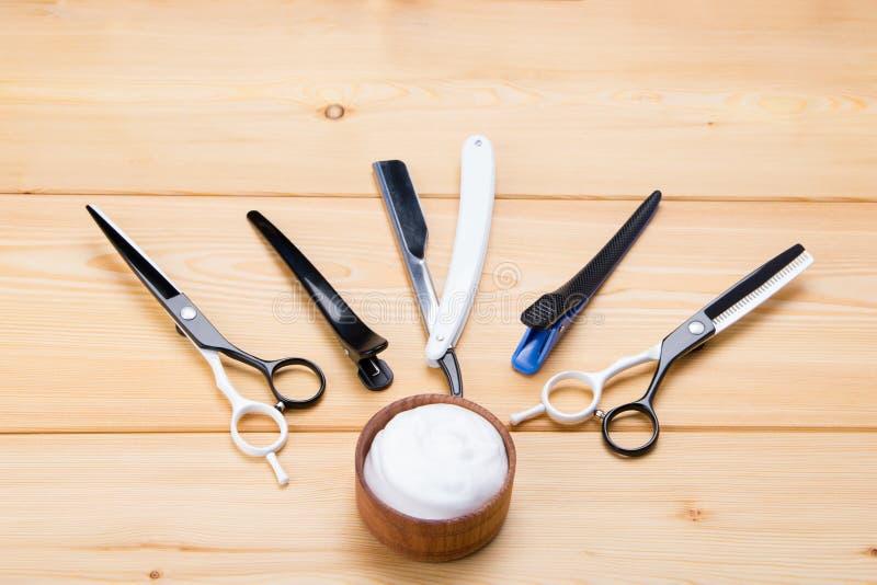 Ensemble d'outils pour couper des hommes, sur un fond en bois, pour raser des cheveux photo libre de droits