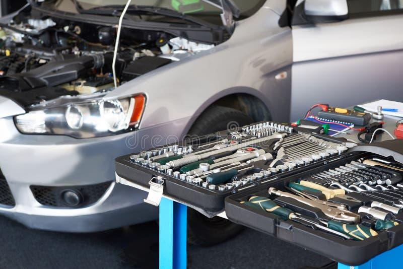 Ensemble d'outils sur la table dans le service de voiture photos stock