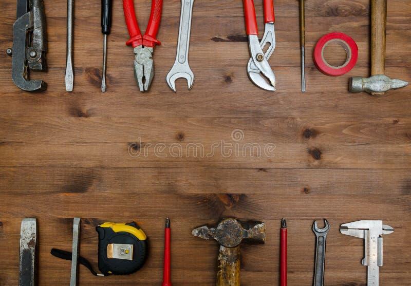 Ensemble d'outils sur la vieille table photos stock
