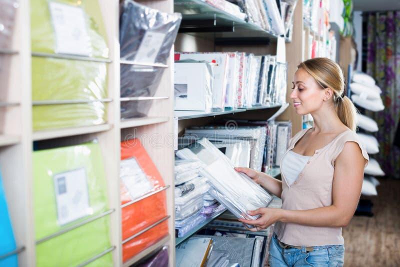 Ensemble de achat de literie de femme dans le magasin à la maison de textile photographie stock