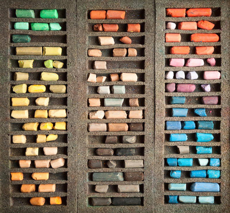 Ensemble de bâtons en pastel utilisés à un arrière-plan de boîte photographie stock libre de droits