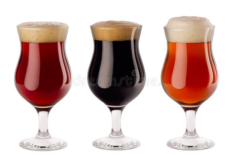 Ensemble de bière différente dans des verres à vin avec la mousse - bière blonde allemande, bière anglaise rouge, portier - d'iso photo libre de droits