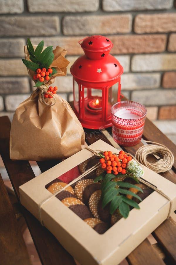 Ensemble de biscuits dans des boîte-cadeau sur la table en bois foncée photos libres de droits