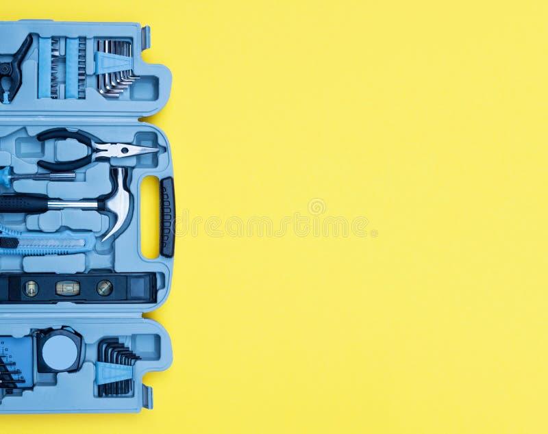 Ensemble de boîte à outils d'outils Concept d'amélioration de l'habitat sur le fond jaune images stock