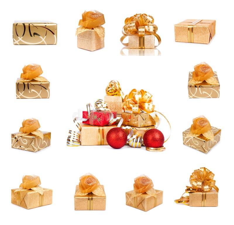 Ensemble de boîte-cadeau de fête d'or avec des boules de Noël sur le fond d'isolement photos libres de droits