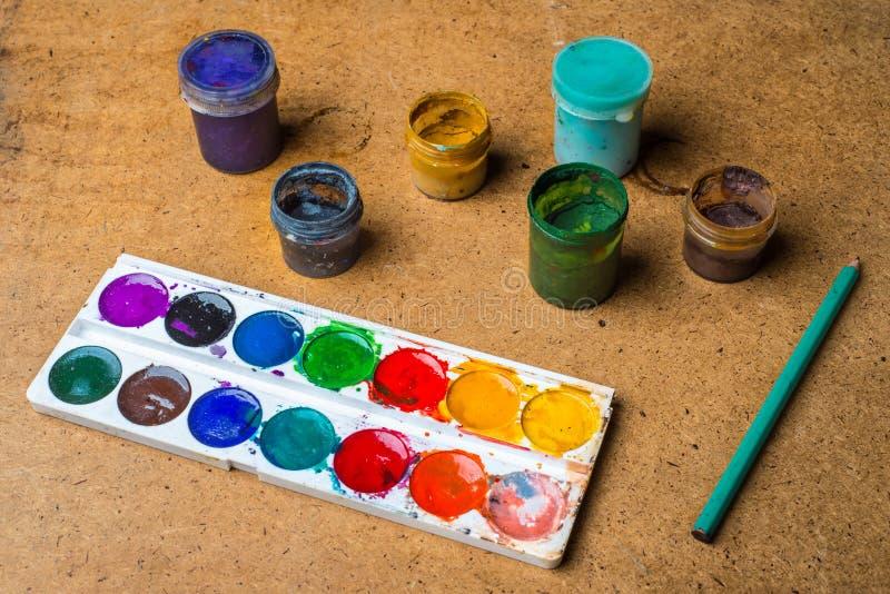 Ensemble de boîtes de peinture et de crayon photos stock