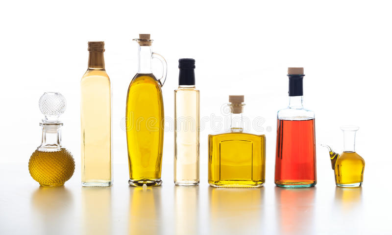 Ensemble de bouteilles d'huile et de vinaigre d'olive sur le fond blanc photographie stock libre de droits