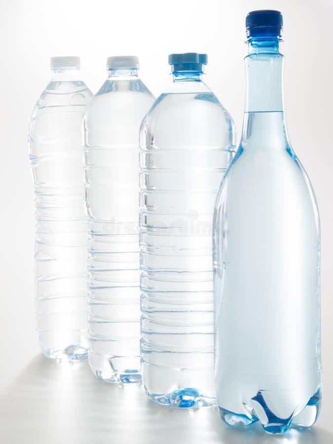 Ensemble de bouteilles en plastique transparentes avec de l'eau minéral d'isolement sur le fond blanc photo libre de droits