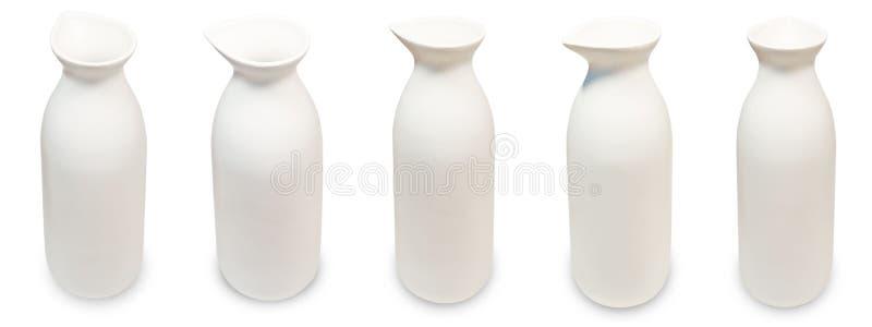 Ensemble de bouteilles japonaises de saké sur le fond blanc photo libre de droits