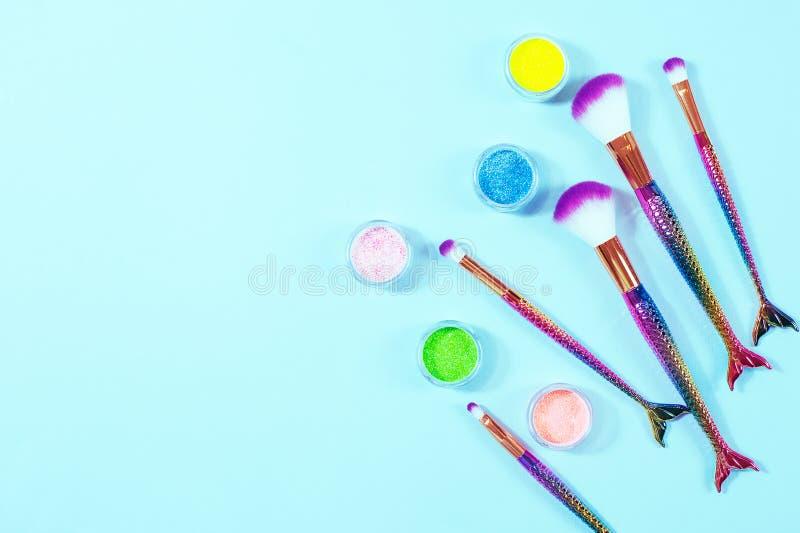 Ensemble de brosses de maquillage de queue de sirène Composez les outils sur le backg en pastel photo stock