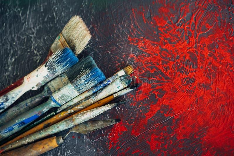 Ensemble de brosses sur un fond coloré coloré avec les taches rouges photographie stock libre de droits