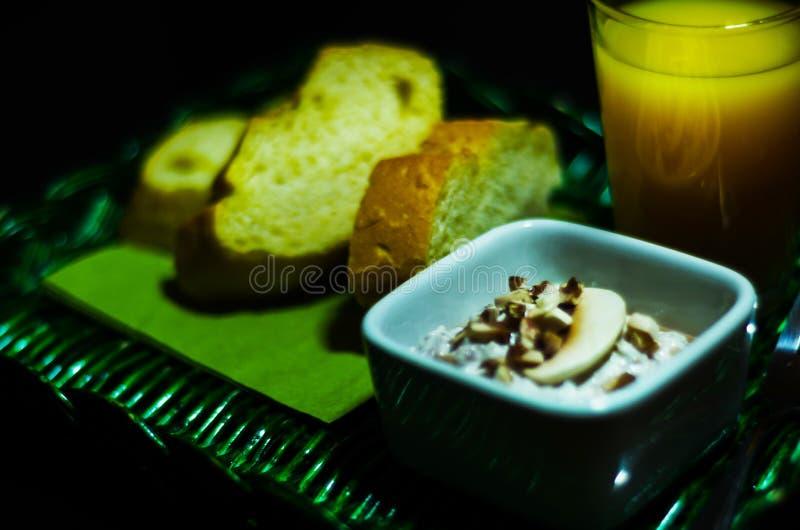 Ensemble de casse-croûte avec du fromage et le concombre blancs, radis, champignon, photographie stock libre de droits