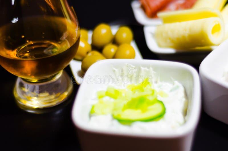 Ensemble de casse-croûte avec du fromage et le concombre blancs, radis, champignon, image libre de droits