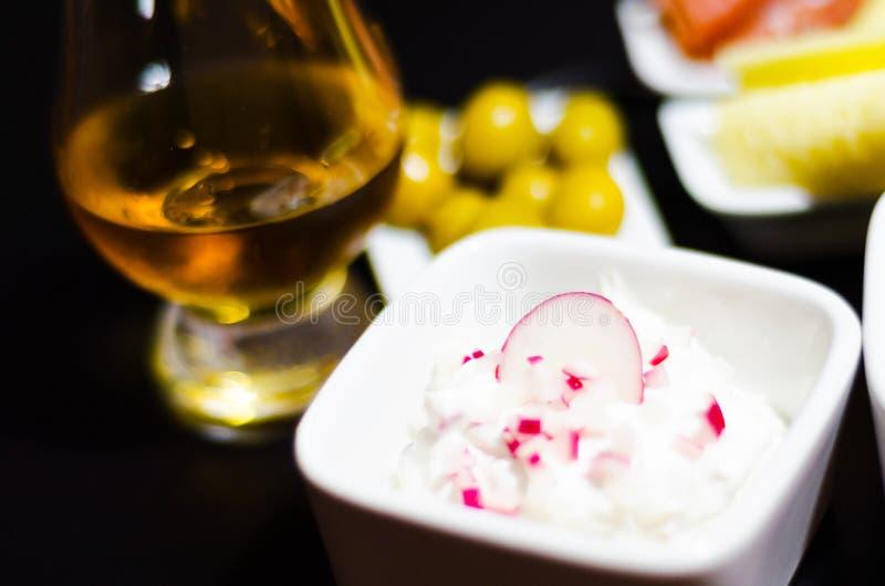 Ensemble de casse-croûte avec du fromage et le concombre blancs, radis, champignon, image stock