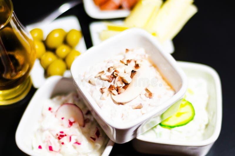 Ensemble de casse-croûte avec du fromage et le concombre blancs, radis, champignon, photos stock