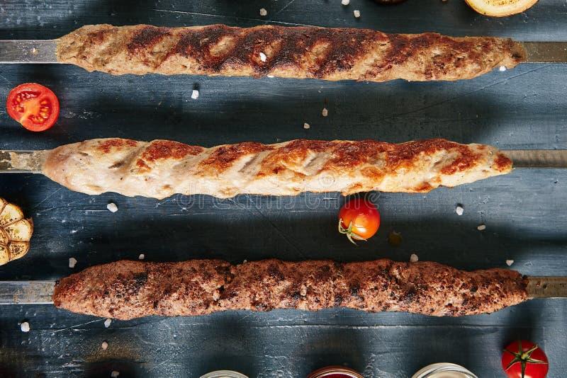 Ensemble de chiche-kebab de Lyulya ou collection de chiche-kebab de Lule sur des brochettes avec l'abeille photos libres de droits