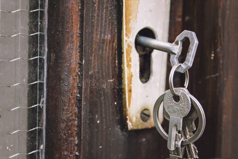 Ensemble de clés dans une vieille serrure rustique photos stock