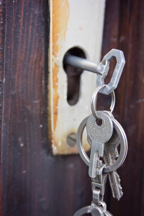 Ensemble de clés dans une vieille serrure rustique photo libre de droits