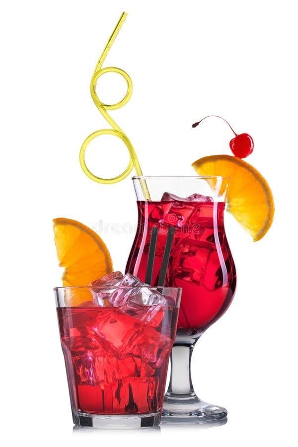 Ensemble de cocktails rouges avec la décoration des fruits et de la paille colorée d'isolement sur le fond blanc photos libres de droits