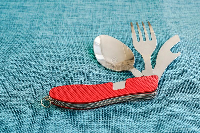 Ensemble de couteau, de fourchette et de cuillère de voyage avec la poignée rouge images stock