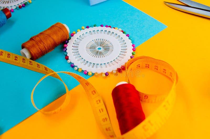 Ensemble de couture, ciseaux, bande de centimètre et aiguilles de couture photographie stock